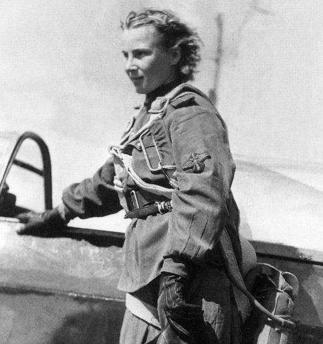 VSSSR za 2.světové války však vznikly hned tři čistě ženské letecké pluky – dva bombardovací ajeden stíhací. Mezi pilotkami stíhaček pak zářila hvězda Lýdie Litvjakové. Bohužel však jen krátce. Po dosažení 12 sestřelů se stroj dvaadvacetileté pilotky zřítil uvesnice Dmitrivka. Její ostatky byly identifikovány až vroce1979, ale okolnosti smrti Litvjakové zůstávají záhadou.
