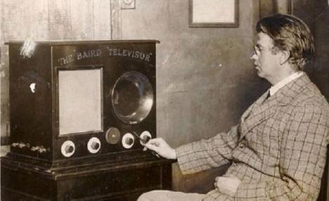 John Logie Baird představí veřejnosti svou mechanickou televizi v roce 1926.