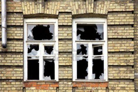 rozbitá okna