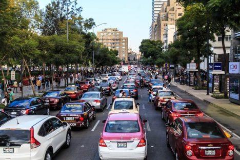 V dopravní zácpě řidiči stráví 227 hodin ročně.