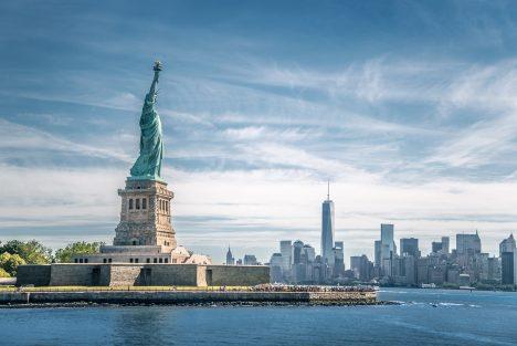 I když Francouzi měli sochu hotovou už vroce1884, trvalo ještě 2roky, než se objevila na svém místě. Proč? Američané měli zaplatit stavbu podstavce, ale nijak nespěchali se sháněním peněz. Prvním kusem sochy, která byla představena veřejnosti, byla ruka spochodní vystavená na Světové výstavě ve Filadelfii vroce 1876. ZFrancie do USA putovala 205tun těžká socha lodí. Byla rozmontována auložena do 214 beden.