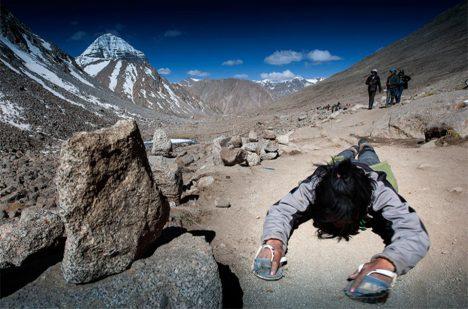 Poutě kolem hory zahrnují časté klanění a jsou obrovsky náročné.