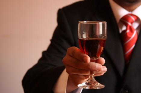 Nežádoucí účinky alkoholu káva zmírňuje, ale neodstraňuje.