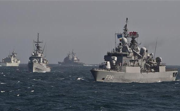 Nave de luptă NATO participă la un exerciţiu militar în Marea Neagră în 16 martie 2015.