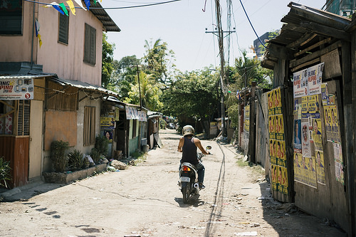 Cyclist in side street, Apas, Cebu City (The Philippines)