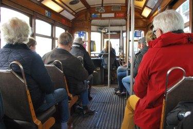 lisbona-turisti-sul-tram