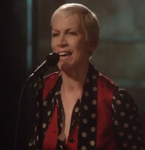 """Annie Lennox Performs """"I Put A Spell On You"""""""