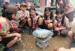 Anak-anak Pramuka dari SDN No 02 Mungguk memasak dalam rangka lomba masak HUT Gudep Batu Tinggi. Abdu Syukri
