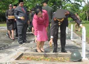Kapolres Pontianak, AKBP Suharjimantoro bersama istri menabur bunga pada makam-makam para pahlawan di Taman Makam Pahlawan Tunas Bangsa. Ari Sandy