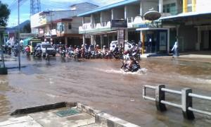 Banjir di Jalan Jenderal Sudirman, Kelurahan Roban, Kecamatan Singkawang Tengah-dokumen (3)