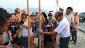 Bupati Kayong Utara, H Hildi Hamid memperkenalkan permainan engkrang kepada turis asing di Festival Karimata 2015 di Desa Betok menyambut Sail Karimata 20161