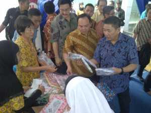 BORONG: Presiden dan CEO FIFGROUP Suhartono memborong kain batik buatan Sekolah Kuncup Melati, Semarang.