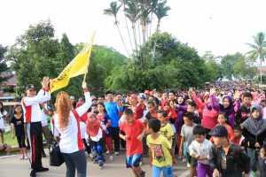 JALAN SEHAT. Walikota Singkawang, Awang Ishak bersama Duta ASI Singkawang, Ny Malika Awang Ishak melepas ratuasn peserta Jalan Sehat dalam Gebyar Pekan ASI Sedunia di Kota Singkawang