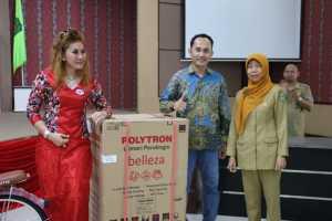 SPONSOR. Duta ASI Kota Singkawang, Ny Malika Awang Ishak diabadikan bersama salah seorang sponsor Pekan ASI Sedunia Kota Singkawang yang juga Ketua KONI Kota Singkawang, Andi Syarif
