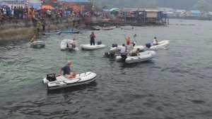 Sejumlah turis yang menghadiri Festival Karimata 2015 mengikuti Lomba Boat Race. Lomba ini merupakan inisitaif dari para turis untuk menghibur para peserta Festival Karimata 2015