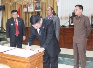 Wakil Ketua DPRD Sekadau, Jefray Raja Tugam saaat menandatangani pengesahan APBD 2016.