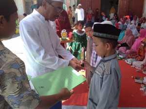 Kepala Kemenag Kayong Utara, Sy Machmud menyerahkan hadiah bagi pemenang Lomba Hafalan Surah-surah Pendek