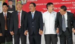 Pasangan calon nomor 1 dan 2 bersama moderator Debat Kandidat Pilkada Sekadau
