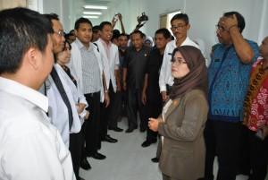 Bupati Sambas, dr Hj Juliarti Djuhardi Alwi MPH berdialog dengan beberapa dokter di RSUD Pemangkat
