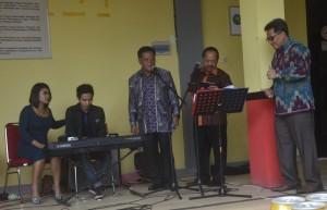 Dari kiri, Bupati, Wakil Bupati, serta Sekda Sanggau bernyanyi menghibur tamu undangan--kiram akbar