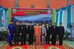 FOTO BARENG. Rektor Unka Sintang yang baru berfoto bersama Pj Bupati dan Ketua DPRD dan Mantan Bupati Sintang periode 2010-2015 di Gedung Pancasila, Senin (14/12). Achmad Munandar-RK.