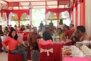 Ketua DPRD Landak, Heri Saman SH MH bersama masyarakat Landak yang menghadiri Open House Natal