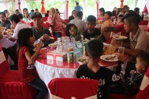 Masyarakat menghadiri Open House Natal di Rumah Dinas Ketua DPRD Landak, Heri Saman SH MH