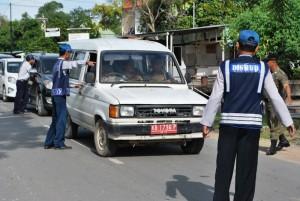 Mobil berplat merah (dinas) juga tidak luput dari pemeriksaan petugas. M Ridho/Rakyat Kalbar