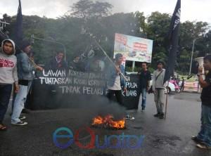 BAKAR BAN. Solmadapar saat berunjukrasa dengan cara membakar ban di Bundaran Digulis Untan, Rabu (9/12). ACHMAD MUNDZIRIN
