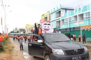 Maskot Sikora ikut memeriahkan kegiatan Jalan Sehat KPU Sekadau