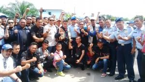 Iwan Zoda bersama Danlanud Supadio Pontianak, Marsma Tatang Heryansah beserta masyarakat dan para pecinta otomotif dari berbagai klub di Kalbar foto bersama