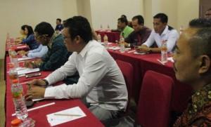 Anggota DPRD Ketapang serius mendengarkan pemaparan dari pemateri dalam Bimtek Sinkronisasi Peran DPRD dengan Tim Anggaran Pemkab Dalam Pelaksanaan Penyusunan APBD Ketapang 2016 Serta Pengawasan Pelaksanaan Keuangan Desa.