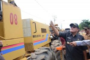 Bupati Kubu Raya H Rusman Ali meresmikan dimulainya pembangunan jalan poros