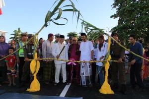 Ketua DPRD Singkawang, Sujianto ketika akan memotong tebu sebagai tanda peresmian Jembatan Agen Baru