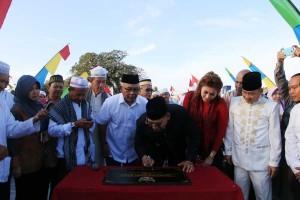 Walikota Singkawang Awang Ishak menandatangani Prasasti Jembatan Agen Baru
