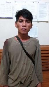 PEMBURU. Tersangka YK, 35, dan senapan untuk berburu diamankan di Mapolres Kapuas Hulu, Sabtu (23/1). ANDREAS