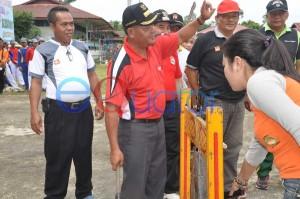 PEMBUKAAN. Bupati Sanggau, Poulus Hadi memukul gong sebagai tanda dimulainya O2SN-FLS2N Kecamatan Kembayan di Lapangan Sepakbola Kembayan, Jumat (12/2). Darmansyah Dalimunte-RK.