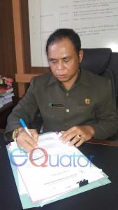 SIBUK. Ketua DPRD Bengkayang ketika didatangi Rakyat Kalbar di kantornya sedang memeriksa sejumlah dokumen, Senin (14/3). Kurnadi