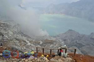 KEMOLEKAN KAWAH IJEN. Sebuah danau kawah yang berada di puncak gunung Ijen, kabupaten Banyuwangi, Jawa Timur. Di kawah ini ratusan penambang belerang mengais rupiah
