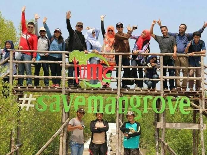 TANAM MANGROVE. Berbagai komunitas rutin melaksanakan aksi sosial dengan menanam mangrove di kawasan pesisir Kabupaten Mempawah