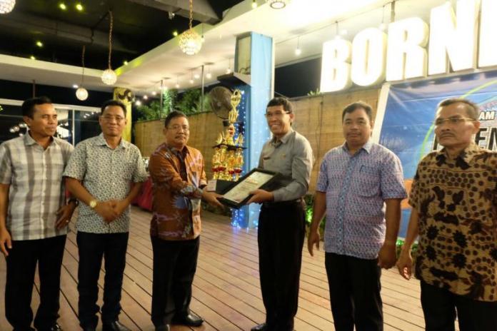 Rupinus SH M Si menyerahkan piala dan piagam kepada para Camat yang meraih juara dalam PATEN Award