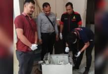OLAH TKP. Tim Reskrim Polsek Belimbing ketika melakukan olah TKP dan pemeriksaan di CU Bima Cabang Batu Buil---Polsek for Rakyat Kalbar