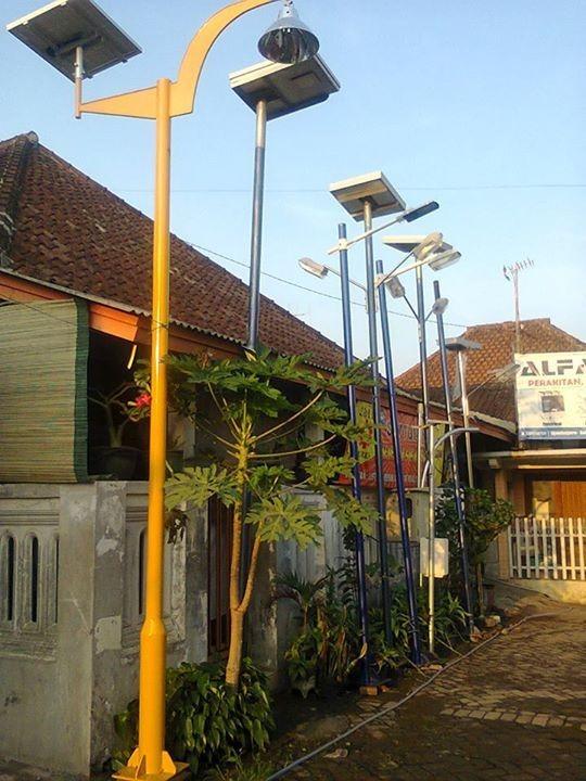PENERANGAN TENAGA SURYA. PJU yang menggunakan tenaga listrik di salah satu daerah di Indonesia. Joko Intarto for eQuator.co.id