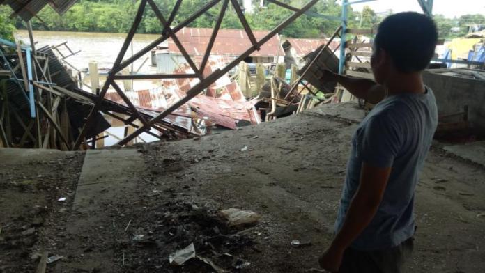 Pasar Laja Ambruk. Beginilah kondisi bangunan Pasar Laja yang ambruk, Selasa (13/3). Dedi Irawan/RK.
