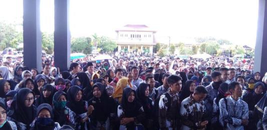 AKSI DAMAI. Ratusan guru honorer memadati halaman Kantor Bupati Sambas menuntut diterbitkan surat keputusan, Rabu (14/3). Sairi-RK