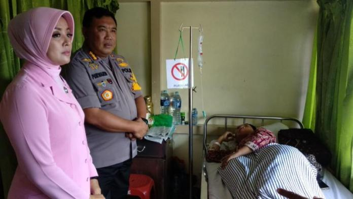 JENGUK. Kapolresta Kombes Pol Purwanto beserta istri kerika menjenguk Nuzul Kurniawati, guru MTs Darussalam yang dirawat di RSUD dr Soedarso, Jumat (9/3) siang—Polisi for RK