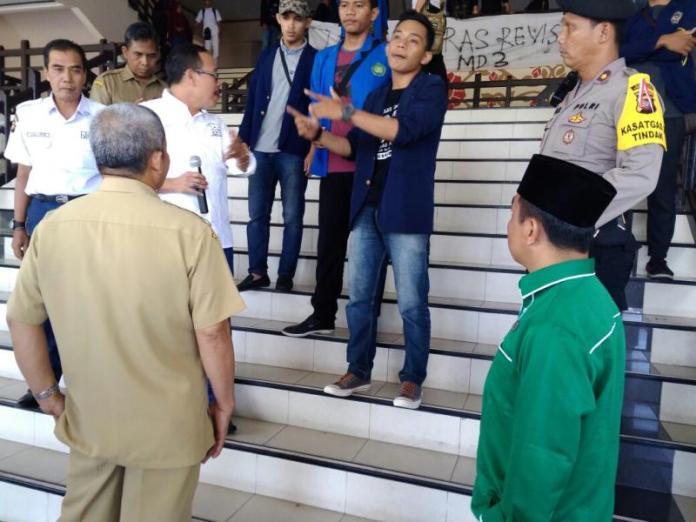 BERDIALOG. Aliansi Mahasiswa Kalimantan Barat berdialog dengan perwakilan DPRD Kalbar, Senin pagi (26/3). Zainudin-RK