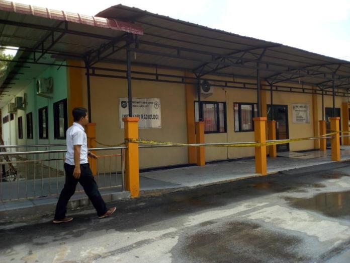 POLICE LINE. Bangunan Radiologi RSUD dr Abdul Aziz Singkawang yang terbakar dipasang garis polisi, Selasa (6/3) SUHENDRA-RK