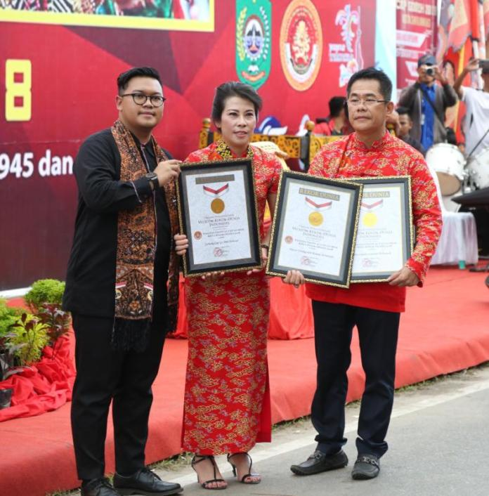 SERTIFIKAT MURI. Wali Kota Singkawang, Tjhai Cui Mie, menerima penghargaan dari MURI pada pembukaan Festival Cap Go Meh, di Singkawang, Jumat (2/3/2018) pagi. Humas Pemkot Singkawang