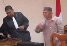 TERBUKTI BERSALAH. Hamka Siregar berdiri dari kursi pesakitan usai mendengar putusan dari Majelis Hakim di Pengadilan Tipikor Pontianak, Senin (26/3). Achmad Mundzirin-RK